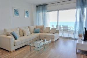 A seating area at Eden Beach Apartments