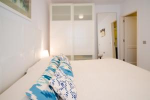 A bed or beds in a room at APARTAMENTO LOS REMOS DE LA GRACIOSA
