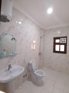 A bathroom at بهر للأجنحة الفندقية