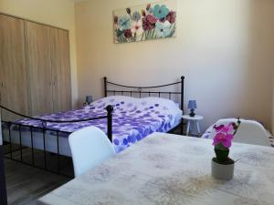 A bed or beds in a room at Studio apartman Palmira