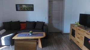 Ein Sitzbereich in der Unterkunft Ferienwohnung Am Verlorenen Bach