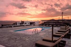 The swimming pool at or close to Sofia's Bungalows Mykonos