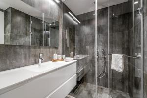 A bathroom at Luxury 2BR+Washrooms, Pool,parking, Balcony North Beach area