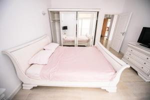 A bed or beds in a room at Penthouse de LUX Mamaia Nord Summerland