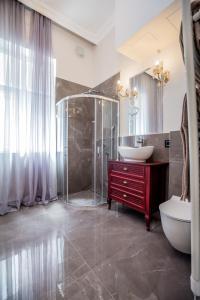 A bathroom at Ben Akiba Luxury Suites