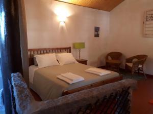 A bed or beds in a room at Quintinha de Santiago