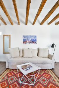 Ein Sitzbereich in der Unterkunft Urban Vida Calatrava