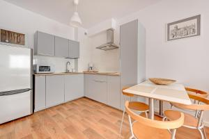 Kuchnia lub aneks kuchenny w obiekcie Green Pohulanka Gdansk Center Apartment