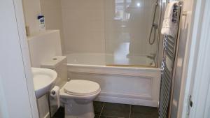 A bathroom at Oxford Apartment