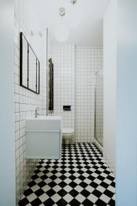 A bathroom at Projekt Piekary
