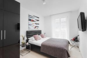 A bed or beds in a room at VISIONAPARTMENTS Zurich Cramerstrasse