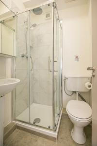 A bathroom at Single modern studio apartment