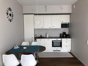 Кухня или мини-кухня в Jõe Apartments