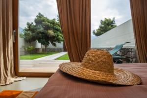 Uitzicht op het zwembad bij Vivere Suites & Rooms of in de buurt