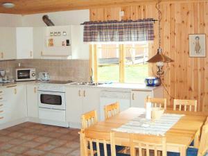 Ett kök eller pentry på Two-Bedroom Holiday home in Söderbärke