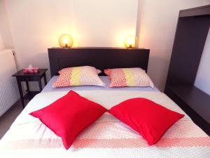 A bed or beds in a room at La Lodelinsartoise - Meublé de vacances 3 clés