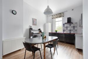 A kitchen or kitchenette at Sopockie Apartamenty - Studio 2