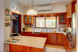 A kitchen or kitchenette at Superlative 4 Bedroom Villa with Private Pool