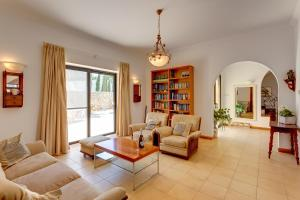 A seating area at Superlative 4 Bedroom Villa with Private Pool
