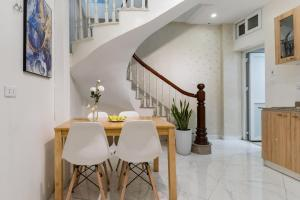 Chez Max's Modern FullHouse