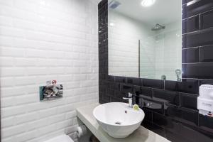 A bathroom at Olia Green Residence