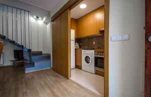 A kitchen or kitchenette at Casa con piscina y parking en Girona