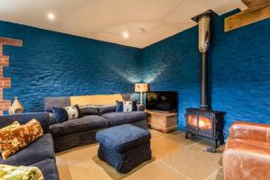 A seating area at Deluxe Cotswolds Barn Conversion near Faringdon