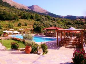 בריכת השחייה שנמצאת ב-Ataviros Hotel או באזור