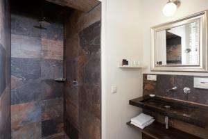 Een badkamer bij De Gouverneur appartement