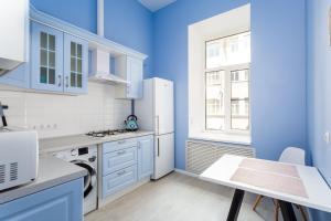 Кухня или мини-кухня в New bright colorful three-room apartment on Nevsky Prospect 105