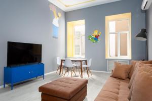 Телевизор и/или развлекательный центр в New bright colorful three-room apartment on Nevsky Prospect 105