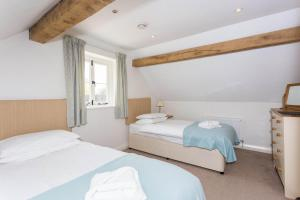 A bed or beds in a room at Vintage Family Barn Conversion near Faringdon
