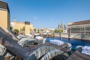 The swimming pool at or close to Catedral Bas Apartments Barcelona