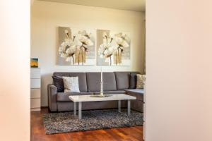 A seating area at River Apartments