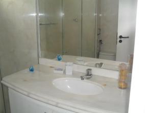 Een badkamer bij Ótimo Quarto e Sala na Ponta Verde!
