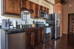 A kitchen or kitchenette at Arts + Culture at 1br Suite Near Benedum Center