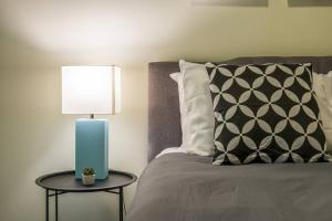 A bed or beds in a room at Arts + Culture at 1br Suite Near Benedum Center