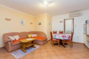 A seating area at Apartment Jadranka