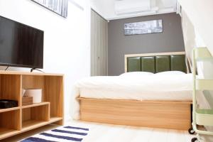 A bed or beds in a room at Shu-shinjuku hotel