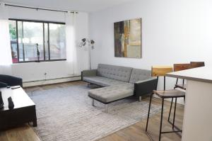 A seating area at Times Square of ASTORIA Spacious Modern 4bd 2bath 3rd Floor