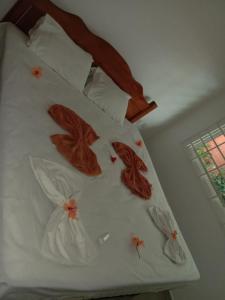 Un pat sau paturi într-o cameră la Beau Vallon Villa Apartments