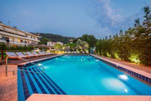 בריכת השחייה שנמצאת ב-Maritina Apartments או באזור
