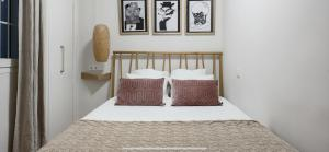 A bed or beds in a room at Amazing and new apartment five minutes from gran via