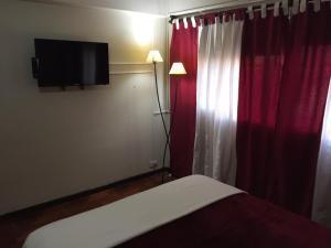 Una televisión o centro de entretenimiento en Let Home Mendoza