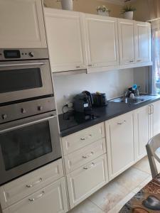 A kitchen or kitchenette at Bon standing,Coup de cœur après avoir une rénovation il attend son premier hébergeur.