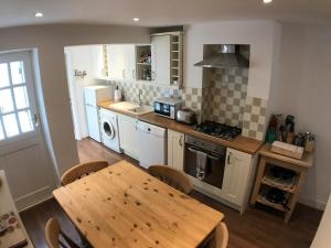 A kitchen or kitchenette at Montpelier Row Cottages, Terrace Cottage