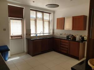 Kitchen o kitchenette sa Highgate Boutiq Hotel