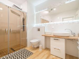 A bathroom at Color Apartments APARTAMENT BLACK & WHITE