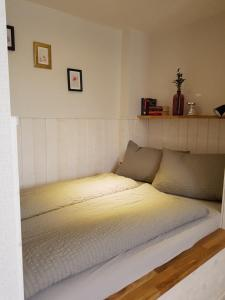 A bed or beds in a room at Ferienwohnung Oliver
