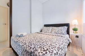 A bed or beds in a room at Luxury 2br Business Suite